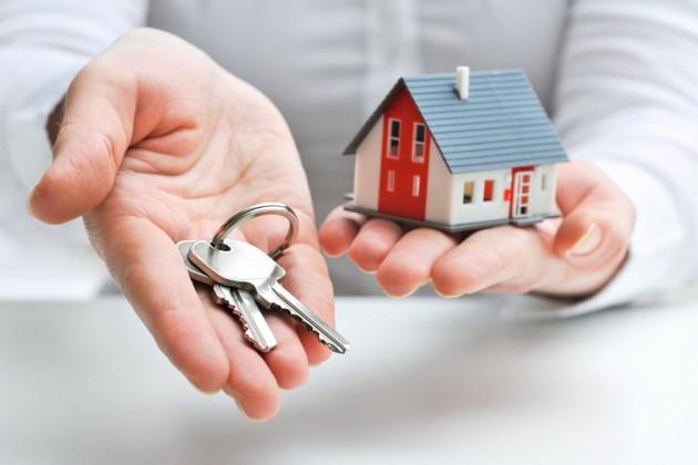 Corretor entregando casinha com chave (1)